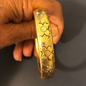 Expandable Gold bangle bracelet.
